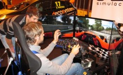 Alex Novo enseña el Simmotion X3 al campeón europeo de