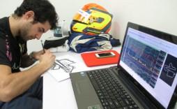 Guille Pintanel estudia su adquisición de datos, telemetría, en Sepang, Malasia