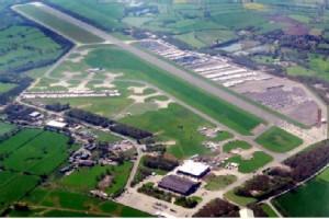Vista aérea de las pistas aéreas y de autoóviles de Bruntingthorpe, Inglaterra